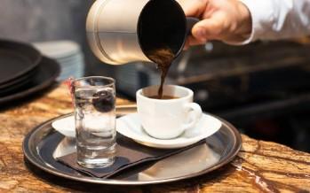 شرب القهوة بعد الثالثة عصرا.. خبراء التغذية يحذرون