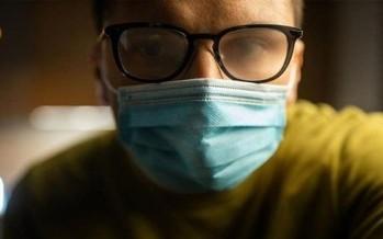 إرتداء النظارة خارج القناع الطبّي يمنع البخار عنها