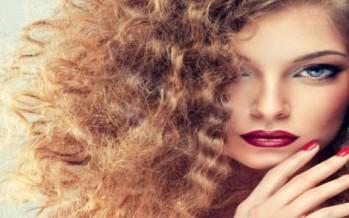 لصاحبات الشعر المجعد.. تسريحات مبتكرة لتجديد مظهركن في الشتاء!
