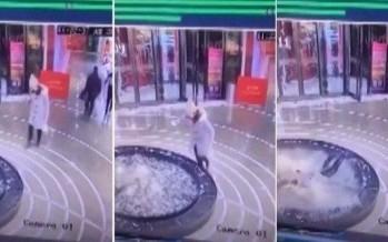 سقوط امرأة في نافورة وهي منشغلة بهاتفها