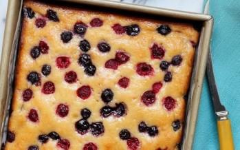 كعكة التوت والليمون والعسل: خلطة سحريّة بين يديك!
