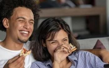 لماذا يعتبر تناول الطعام امام التلفزيون من العادات السيئة؟