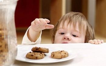 بسبب سرقة الحلوى...أمّ تُضرم النار بيديّ ابنتها!