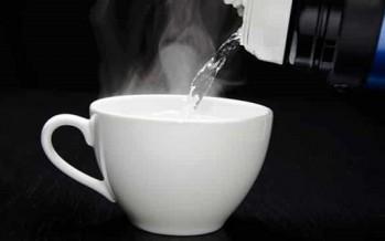 هل يفيد شرب الماء الساخن على الريق؟