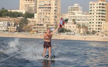 الوزير فرعون تزلج في بحر صيدا حاملا العلم اللبناني في ختام مهرجان بلدية صيدا