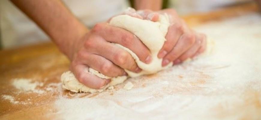 تحذير... لا تتذوّقوا أو تأكلوا العجين نيئًا قبل خبزه!