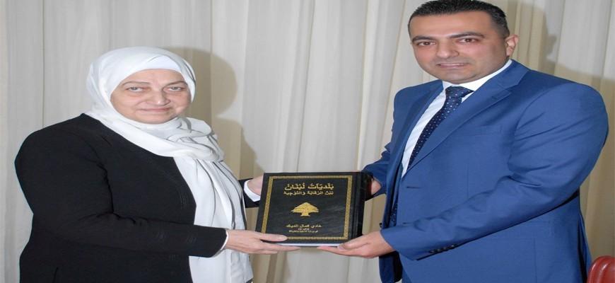 النائب بهية الحريري تسلمت من المراقب المالي هادي الديك كتابه
