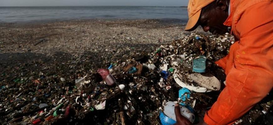 أرقام صادمة.. الإنسان يبتلع 50 ألفا من جسيمات البلاستيك دون أن يعلم