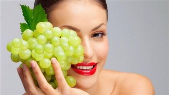 العنب يحمي البشرة ويُحافظ عليها