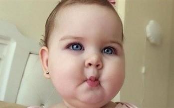 طفلة عربية تجذب آلاف المعجبين بوجنتيها