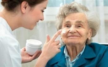 بشرة كبار السن تحتاج إلى عناية خاصة