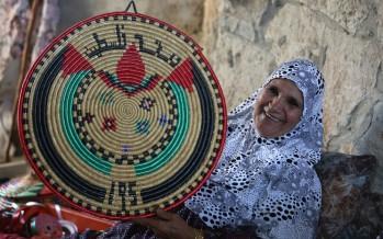 فلسطينية تُعيد حياكة الزمن بصواني القشّ