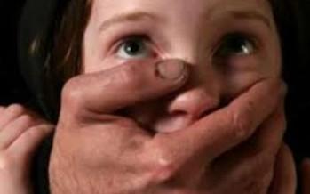 جردها من ملابسها أثناء نومها.. خادم يغتصب طفلة لمدة عام كامل