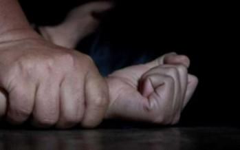 أمام أطفالها.. رجل يغتصب زوجة أخيه ويصورها للإبتزاز
