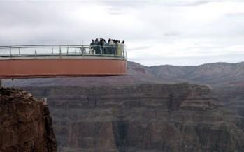 رجل يقفز من جسر ارتفاعه 800 قدم والسلطات تبحث عن جثته