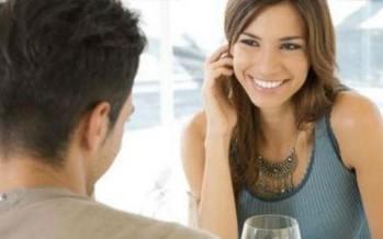 الرجل البارع في سرد القصص يثير إعجاب النساء